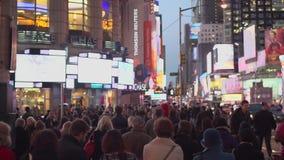 Slo-Mo delle folle massicce in Times Square (8 di 16) video d archivio