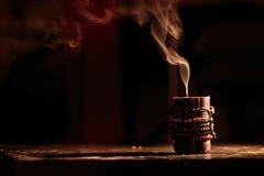 Slocknade stearinljus för rök på svart bakgrund arkivbilder