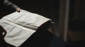 Slode van het doorbladeren door oud boek wordt geschoten dat stock videobeelden