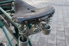 Sloeg de Oude Versleten de Fiets Retro Wijnoogst van leerseat de Elastische Lente stock fotografie