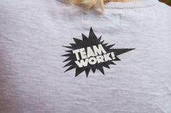 Slogan di Team Work sulla maglietta grigia Fotografie Stock Libere da Diritti