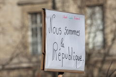 Slogan que defende a república em Paris Fotos de Stock Royalty Free