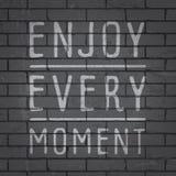 Slogan tiré par la main de lettrage sur le fond de mur de briques Photo stock