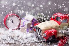 Slogg in den dekorativa bilen för tappning, klocka, gåvor, bär och branc Royaltyfria Bilder