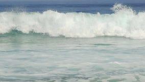Slomo большой голубой волны разбивая акции видеоматериалы