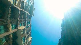 Slomotion сняло Взгляд от дна бассейна на зданиях окружая его и солнца светя через воду видеоматериал