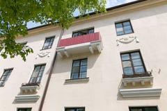 Slonim, БЕЛАРУСЬ - 20-ое мая 2017: Фасад старого здания с балконами на улице в городке Slonim Стоковые Изображения RF