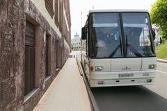 Slonim, WIT-RUSLAND - Mei 20, 2017: De bus wordt geparkeerd op de straat in de stad van Slonim Royalty-vrije Stock Fotografie