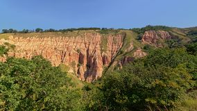 Free Slope With Pink Rock Cliffs And Green Trees Of Rapa Rosie , The Grand Canyon Of Romania, Under A Clear Blue Sky Stock Photo - 124867750