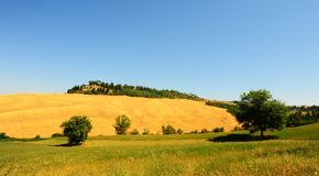Sloping Meadows. Farmhouse Surrounded By Sloping Meadows Of Tuscany Stock Photo