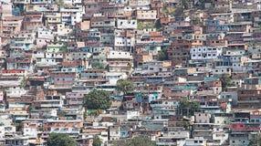 Sloppenwijk of Krottenwijk langs helling in Caracas wordt gebouwd dat royalty-vrije stock afbeeldingen