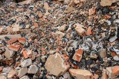 Slordig Bouwautokerkhof met Bakstenen, Beton die, het Huisvuilafval van de Cementmuur - Plastic Afval - voor het Milieu recyclere royalty-vrije stock afbeeldingen