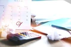 Slordig bureau tijdens belastingsseizoen met uiterste termijn op een kalender royalty-vrije stock afbeelding