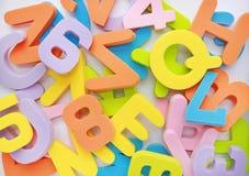 Slordige hoop als achtergrond van het alfabetletters en getallen van het sponsrubber royalty-vrije stock foto's