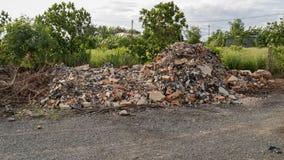 Slordige Reuzehoop van Concrete Cementtroep - Bakstenen muurfragmenten met Plastic Huisvuilafval - Bouw stock foto's
