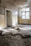Slordige ruimte binnen de oude verlaten bouw/ruïne Royalty-vrije Stock Fotografie