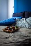 Slordige slaapkamer en ontbijtkeukenwaren Stock Foto's