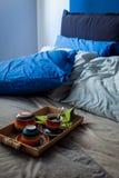 Slordige slaapkamer en ontbijtkeukenwaren Royalty-vrije Stock Afbeeldingen