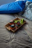 Slordige slaapkamer en ontbijtkeukenwaren Stock Afbeeldingen