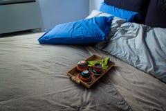 Slordige slaapkamer en ontbijtkeukenwaren Stock Foto