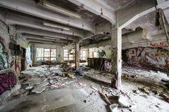 Slordige verlaten fabrieksruimte Royalty-vrije Stock Foto