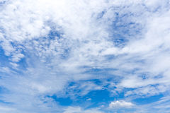 Slordige wolken op de heldere blauwe hemel Stock Afbeelding