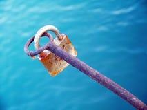 Slot dat met sleutel wordt gesloten stock afbeelding