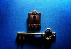Slot en sleutel op blauw royalty-vrije stock fotografie