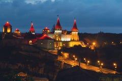 Slot kamianets-Podilskyi met lampen bij nacht wordt aangestoken die Stock Foto's