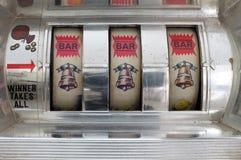 Slot machine que mostra três símbolos do sino dourado fotografia de stock royalty free