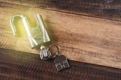 Slot, sleutel en huisvorm zeer belangrijke markering op houten lijst stock afbeelding