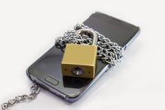 Slot slimme telefoon door ketting stock afbeeldingen