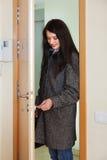 Slot van de vrouwen het loocking deur Royalty-vrije Stock Fotografie