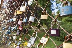 Slot van liefde Wens van eeuwige liefde, gesloten slot op de brug Symbool van wederzijdse liefde Wensen voor de Dag van Valentine Stock Fotografie