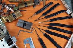 Sloten en lockpicks op slotenmaker` s workshop royalty-vrije stock foto