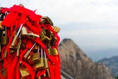 Sloten met rode bogen op berg Huashan in China Stock Foto