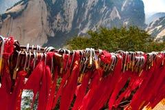 Sloten met rode bogen op berg Huashan in China royalty-vrije stock foto