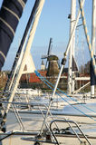 Sloten met windmolen en zeilboot. Nederland. Stock Foto's