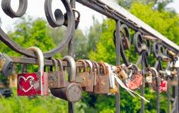 Sloten op de brug van minnaars stock foto