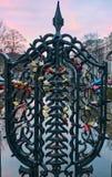 Sloten op de poort in Amsterdam, Nederland stock fotografie