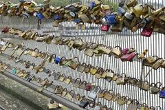 Sloten op een brugs omheining Stock Foto's