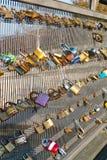 Sloten op een brugtraliewerk Stock Fotografie