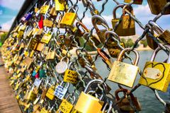 Sloten van liefde op brug in Parijs concept liefde en trouw De minnaars hangen sloten voor eeuwige liefde Stock Foto