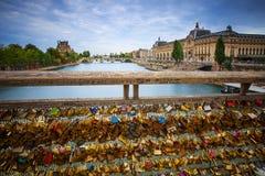 Sloten van liefde op de brug van Parijs stock afbeeldingen
