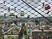 Sloten van minnaars hoog boven de stad Royalty-vrije Stock Fotografie