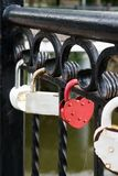 Sloten van minnaars op de brug Symbool van liefde stock afbeelding