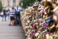 Sloten van Pont Des Arts in Parijs, Frankrijk - Liefdebrug Stock Afbeeldingen