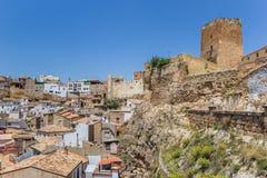 Slott överst av en kulle som förbiser Bunol arkivbild
