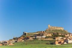 Slott överst av kullen i Atienza royaltyfri bild