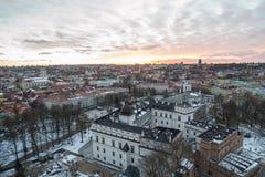 Slott av de storslagna hertigarna av Litauen och Vilnius den gammala townen i solnedgången Arkivfoto